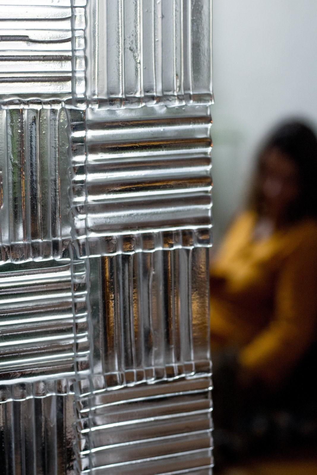 Paroi verre intérieur lamelles fragment ondulée